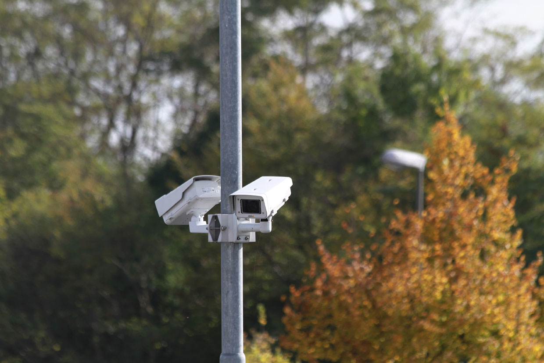 Überwachungskameras am Mast montiert
